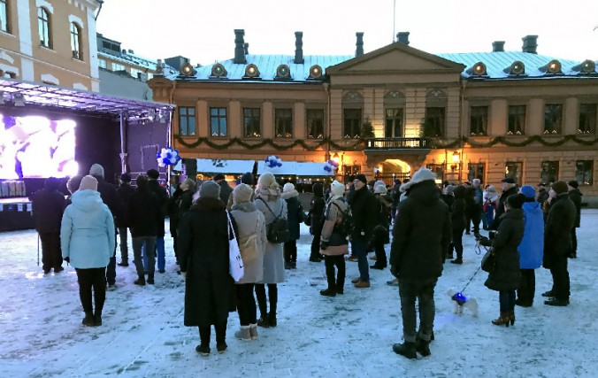 広場でコンサートに聴き入る人々