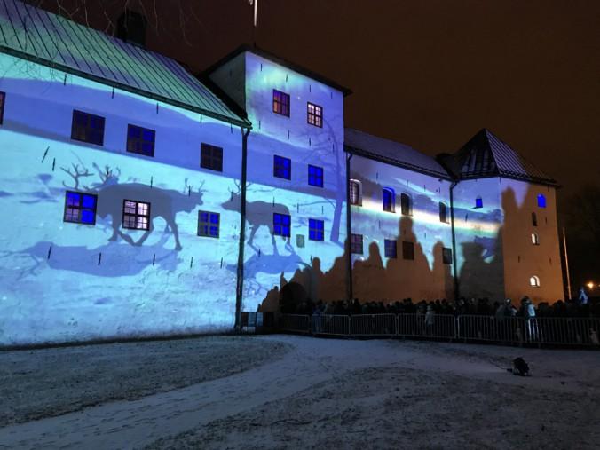 フィンランドの自然をイメージした正面のライトアップ