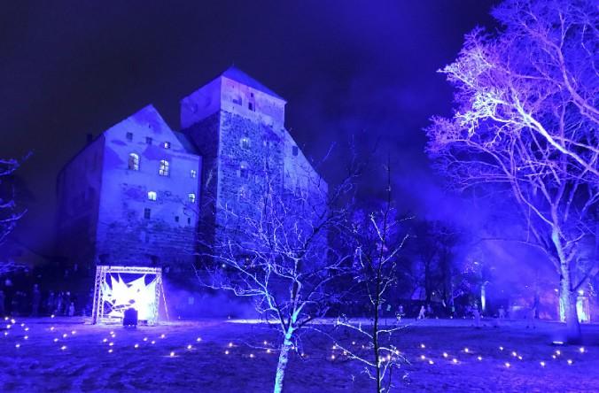 幻想的な青い光に包まれるトゥルク城